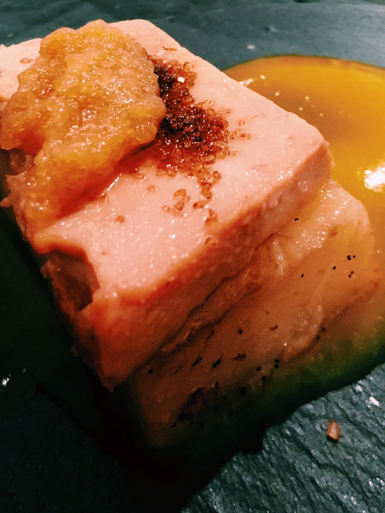 Emplatado de patata confitada con foie y aire de manzana